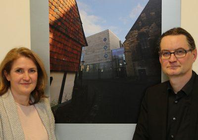 Stadtbilder Hildesheim | Frau Anke Hennis (Geschäftsführerin des medicinums) und Rassel (v. l. n. r.)